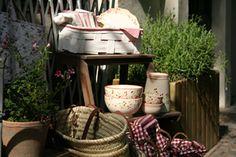 Jean et Lili haben einen kleinen Laden, fertigen Vieles selbst und haben ein feines Gespür für schöne Dinge, die (fast) jeder braucht. Z.B. Klassische Gäser, zierliche Schalen, bunte Becher, Lampen, Papeterie.