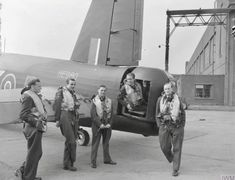 Wellington Bomber, Warrant Officer, Battle Of Britain, Range Rover Sport, Ww2 Aircraft, Royal Air Force, Young Men, Caption, History Pics