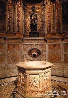 ... e stasera finiamo davvero in bellezza ... La stupenda Cappella di San Giovanni Battista del Duomo è certo una delle massime bellezze della nostra città. In questa foto vediamo (ma c'è altro) la rinomata statua bronzea di San Giovanni Battista di Donatello (1455) e il fonte battesimale, opera di Antonio Federighi (1465-1468). La foto è di Roberta Biagi