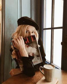 pause café 田 allure style automne hiver fall winter beret - aesthetic Parisian Style Fashion, Parisian Chic, Paris Style, Vogue Paris, Magazine Vogue, Foto Fashion, Trendy Fashion, Fashion Ideas, Fashion Black