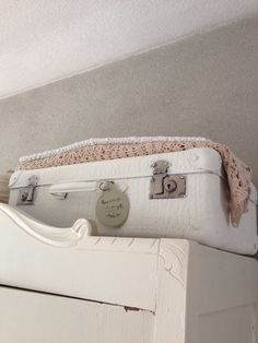 Koffertje wit geverfd. Nu past het helemaal bij mij.