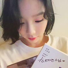 """215.4k lượt thích, 3,051 bình luận - TaeYeon (@taeyeon_ss) trên Instagram: """"명반을 선물받았다 그것도 두장이나 #Lonely #종현 #소품집"""""""