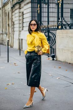 Paris Fashion Week brings with it a promise to deliver the best in street style. It's like the attendees — the influencers, editors, and celebrities Fashion Week Paris, Fashion Weeks, Daily Fashion, Fashion 2020, Look Fashion, Fashion Photo, Autumn Fashion, Fashion Editor, Milan Fashion