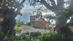 A capela, o mar cintilante
