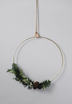 How to make a minimalist Christmas wreath Artificial fir tree as Christmas decoration? A synthetic Christmas Tree or even a real one? Lovers o Purple Christmas, Christmas Night, Christmas Minis, Beautiful Christmas, Christmas Home, Christmas Wreaths, Christmas Crafts, Christmas Decorations, Holiday Decor