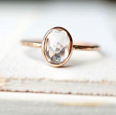 Delicado anillo de oro, anillo de compromiso, anillo de topacio blanco, anillo de oro amarillo, anillo de oro rosa, anillo de piedras preciosas, anillo oro, anillo, anillo ovalado del día de la madre de Luxuring en Etsy https://www.etsy.com/es/listing/225764965/delicado-anillo-de-oro-anillo-de
