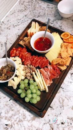 Dinner Party Recipes, Delicious Dinner Recipes, Appetizer Recipes, Charcuterie Recipes, Charcuterie And Cheese Board, Cheese Boards, Sandwich Bar, Cheap Party Food, Grazing Food