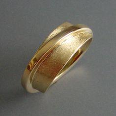 Diverse sieraden vermaakt tot één ring met rondom steeds verschillende aanzichten.