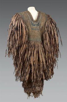 ephemeral-elegance: Akita Straw Rain Cape, ca. century via Auction Eve Akita, Fashion History, Fashion Art, Ethnic Fashion, Costume Ethnique, Flax Weaving, Rain Cape, Maori Designs, Art Japonais