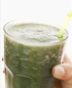 Aproveite 10 alimentos que ajudam a controlar a gastrite - Suco verde: segundo a nutricionista Fernanda Granja, o suco de salsinha e couve é rico em clorofila, uma substância energizante e cheia de zinco e antioxidantes, itens necessários para a recuperação do estômago, além de vitamina C e magnésio. Para o preparo, bata os ingredientes verdes com suco de uma fruta, água e linhaça germinada. Para germinar a linhaça, basta colocar uma colher de sopa em um copo com água. (...)