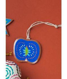 """Gudrun Sjödén Weihnachtsdeko """"Äpple"""" aus Holz Dekorativer handbemalter Apfel aus Balsaholz. Ob am Weihnachtsbaum oder im Fenster – dieser Apfel bringt Farbe in den Advent und ins Zuhause!  Größe 7 x 7 cm Artikelnummer 69916"""