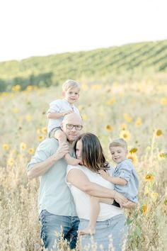 Summerlove // Familienfotos in der Natur stilvolle Babyfotografie Heilbronn Photography Words, Photography Website, Animal Photography, Family Pictures What To Wear, Family Photos, Outfits Tipps, Family Comes First, Michaela, Family Posing