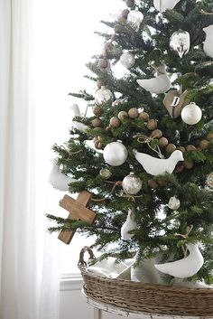 A White Christmas Natural Christmas, Noel Christmas, Rustic Christmas, Christmas And New Year, All Things Christmas, Winter Christmas, Christmas Crafts, Christmas Ornaments, White Ornaments