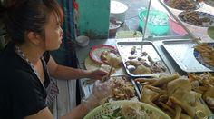 Món cơm gà Phú Yên thơm ngon nổi tiếng khắp vùng, mặc dù tiếng tăm không bằng cơm gà Tam Kỳ hay Hội An, nhưng bạn sẽ không thất vọng bởi sự thơm ngon