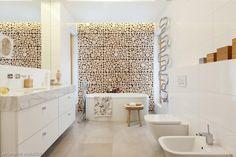 Biała łazienka z drewnianą ścianą