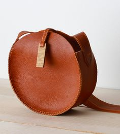 Round Leather Bag This hand-stitched leather shoulder bag is inspired by old mil. Leather Purses, Leather Handbags, Leather Totes, My Bags, Purses And Bags, Crea Cuir, Round Bag, Leather Bags Handmade, Stitching Leather