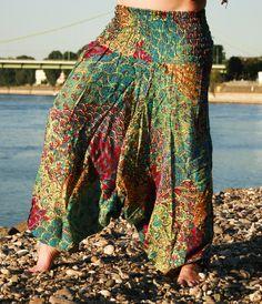 Gemütliche Haremshose mit filigranen Mustern. Chiller-Faktor hochzehn und auch bei Yoga & Meditation macht sie auf Festivals eine super Figur. Ein Must-have für Hippie, Boho, Goa Fans