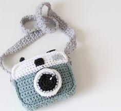 Crocheted camera (free pattern)