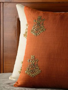 Excellent Indian home decor pillow covers The post Indian home decor pillow covers… appeared first on Home Decor Designs . Indian Embroidery, Hand Embroidery, Embroidery Designs, Cushion Embroidery, Living Room Decor Pillows, Living Room Art, Cheap Decorative Pillows, Decorative Pillow Covers, Blue Pillows