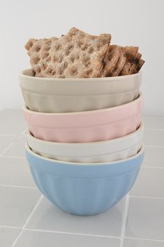 Mynte stoneware by Ib Laursen, müsli bowls in Cafe Latte, English Rose, Pure White and Nordic Sky.