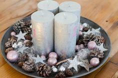 Adventskranz in silber-trendfarbe zu Weihnachten-dekorieren mit Tannenzapfen und Sternen