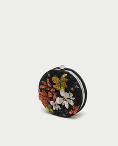 Bilde 1 fra BOKSVESKE MED BLOMSTER fra Zara