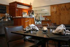 Elaborierte Küche im Beisl-Ambiente: ausschließlich Menüs, die auf den Gast abgestimmt werden (5gg € 51,–/6gg € 58,–/7gg € 64,–); extrem stark gebucht, unbedingt reservieren, Besonderheiten (wie Essen mit Kindern) bekannt geben; regionale Zutaten von Kleinproduzenten; europäische Weine mit starkem Fokus auf österreichische, Natur- und gereifte Weine. Hunde nach Anfrage. Gastgarten für 24 Pers. Stark, Restaurants, Conference Room, Table, Furniture, Home Decor, Food For Children, Pet Dogs, Nature