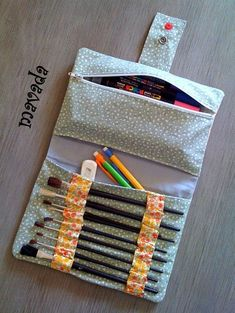 Make your own DIY pencil pouch or pencil case! Cool Pencil Cases, Diy Pencil Case, Pencil Case Tutorial, Pencil Case Pattern, Pouch Tutorial, Pencil Pouch, Roll Up Pencil Case, Pencil Holder, Pouch Pattern