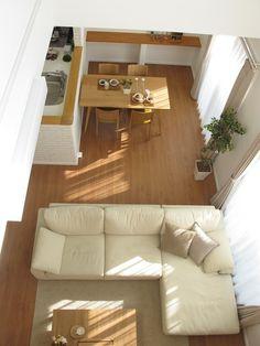 ブラックチェリー柄の床材にオーク無垢材の家具を中心としたナチュラルコーディネートをご紹介します