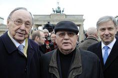 Klaus Wowereit: Im selben Jahr hatte Wowereit auch den früheren sowjetischen Staats- und Parteichef Michail Gorbatschow (Mitte) zu Gast in Berlin. Ebenfalls mit auf dem Bild: Der frühere Bundesaußenminister Hans-Dietrich Genscher (l.)