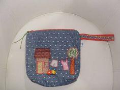 Feita com tecidos de algodão , aplicacações e botões. R$ 44,52