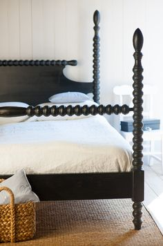 Love this classic spindle bed!