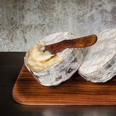 A spreadable bloomy-rind cheese wrapped in spruce bark, made by Jasper Hill Farm. Charcuterie, Wine Recipes, Cooking Recipes, Cheese Wrap, Artisan Cheese, American Cheese, Wine Cheese, Cheese Food, Perfect Breakfast