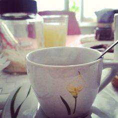 5°giorno di trasloco....Buongiorno!!! Io e la mia tazzina abbiamo ritrovato un tavolo.... E anche una finestra con tanta luce... Vedo la luce dietro quegli scatoloni da aprire... #gusciduovo_trasloco #goodmorning #chiacchiereacolazione #finestrasulmondo #lalucedelmattino #trasloco #coffebreak #coffeelovers #coffeaddict #rdd_food #newhome #socialcolazioni #socialfoodlove #instabreakfast