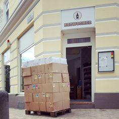 Sehnsüchtig erwartetes Palettchen aus Freiburg #craftbeer #kiel #freiburg #braukollektiv #deckerbier #schwarzwaldgold #emmabier #biereohnebart #maltandhops #pils #paleale #ipa #indiapaleale #brownale #summerale #redale #blackipa