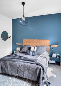 Blue bedroom wall with blue touches for the perfect calm vibe Bedroom Colour Schemes Blue, Blue Bedroom Walls, Blue Bedroom Decor, Bedroom Wall Colors, Home Bedroom, Modern Bedroom, Blue Bedrooms, Bedroom Furniture Design, Home Room Design