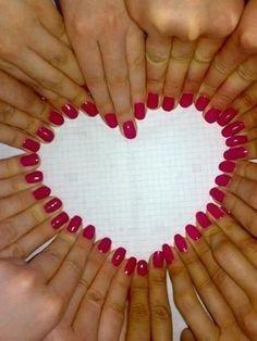 De handen van de bruidsmeisjes in de vorm van een hart.