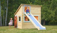 Kinderspielhaus mit Rutsche und blauen Fensterrahmen