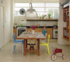 Sem mexer nos revestimentos, originais do prédio de 1964, esta cozinha foi renovada com marcenaria. Os arquitetos Vinicius Andrade e Marcelo Morettin demoliram a parede que a separava da sala e criaram novos armários e a mesa de madeira de demolição