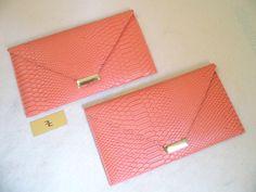 Referência: Flor Adelfa Tamanho: 29cm x 16,5cm Bolsa carteira - couro ecológico salmon