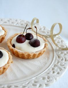 Cherry and almond tartlets / Tortinhas de cereja e amêndoa by Patricia Scarpin, via Flickr