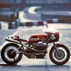 combustible-contraptions: Moto Guzzi Cafe Racer | Bubble Bikini Fairing | Belly Pan | Road Racer