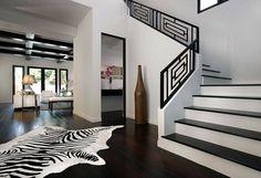 Schwarze Treppengeländer und weiße Stufen