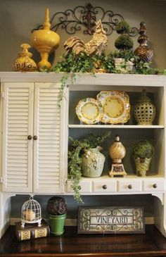 Above cabinet decor, greenery, iron work placement; decorating above kitchen cabinets French Kitchen Decor, French Country Kitchens, French Country Cottage, French Decor, Country Style, Country Hutch, Kitchen Vignettes, Kitchen Hutch, Kitchen Country
