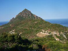Corsica - Les Cols Corse - Bocca à a Croce (col de la Croix) - Le hameau de Girolata Blotti au fond du golfe, le hameau fait partie de la commune d'Osani. Il n'est accessible que par la mer et par un sentier partant du col de la Croix sur la route D81 ou en empruntant plus au sud, le sentier de GR Tra Mare e Monti.Punta Castellacciu et Bocca e Croce