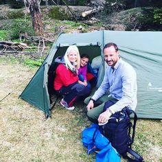 Princesa Ingrid Alexandra e seus pais durante uma caminhada em Vestmarka em maio de 2015. #PrincessIngridAlexandraOfNorway #Princess #PrincessIngridAlexandra #IngridAlexandra #CrownPrinceHaakon #CrownPrincessMetteMarit #NorwegianRoyals #NorwegianPrincess #Norway #Norge #trip #royalty #Royals #NorwegianRoyalFamily #family # 2015 #hiking # Caminhada