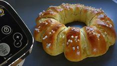 Une brioche à la mie filante facile et rapide à préparer avec le robot multifonctions Companion Moulinex. Sa forme en couronne est originale et son goût de fleur d'oranger ravira les plus gourmands. Cette viennoiserie succulente agrémentera parfaitement le petit déjeuner et le goûter ! Brioche Companion, Dessert Companion, Thermomix Desserts, Bagel, Doughnut, Sweets, Lunch, Bread, Robot