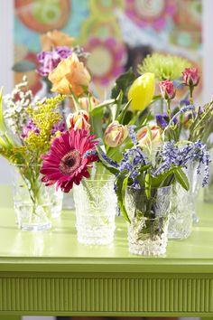 Floral Arrangement vignette of mixed Spring flowers My Flower, Fresh Flowers, Beautiful Flowers, Spring Flowers, Vase Transparent, Bouquet Champetre, Deco Table, Floral Bouquets, Floral Arrangements