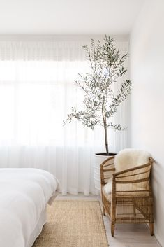 Beauty Editor Eleanor Pendleton's Serene Australian Home Is a Lesson in Minimalism Home Bedroom, Bedroom Decor, Peaceful Bedroom, Minimal Home, Minimal House Design, Minimal Bedroom, Minimal Decor, Style Deco, Australian Homes