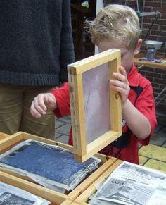 Papier Scheppen  De techniek van de maand oktober is: papier scheppen. Papier zelf maken kan het hele jaar door, maar voor het drogingsproce...